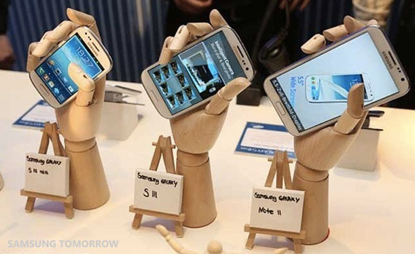 Galaxy-devices-in-wooden-hands