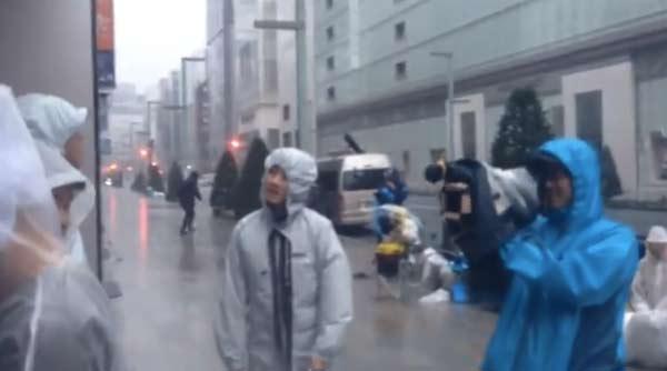 Le-Typhon-japonais-n-empeche-pas-la-file-d-attente-pour-les-iPhone-5S-5C-600x334