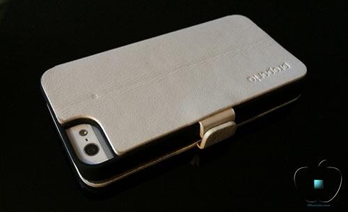 Review-etui-pour-iPhone-5-5S-en-Cuir-et-Fibre-de-Carbone-Ice-White-500x304