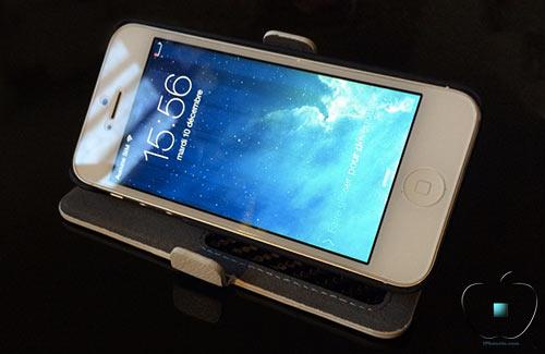Review-etui-pour-iPhone-5-5S-en-Cuir-et-Fibre-de-Carbone-Ice-White-500x325