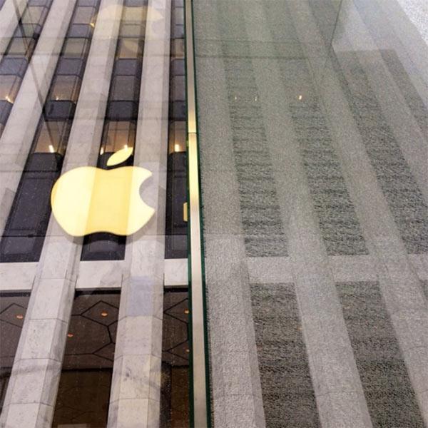 new-york-une-deneigeuse-casse-un-panneau-du-cube-en-verre-2