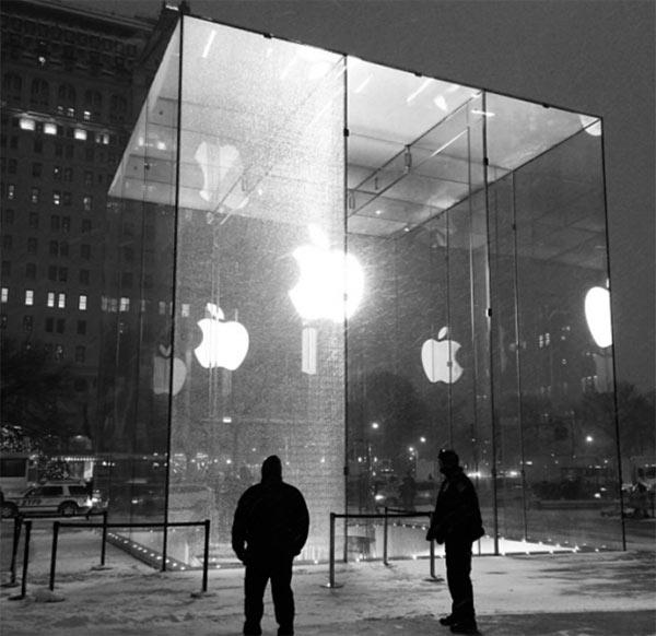 new-york-une-deneigeuse-casse-un-panneau-du-cube-en-verre