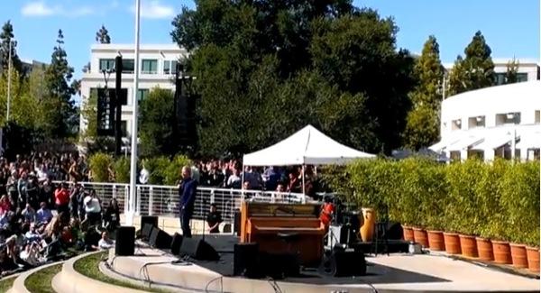 iphonote.com_ jack-johnson-en-concert-au-campus-dapple-pour-le-earth-day-video-2