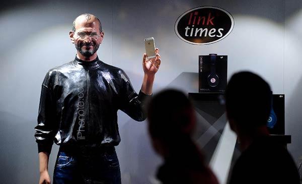 une-statue-de-cire-de-steve-jobs-pour-vendre-l-iphone-5s_4