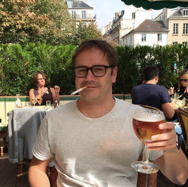 une-biere-un-ptite-clope-avec-lapple-watch-au-poignet-avant-daller-chez-colette_2