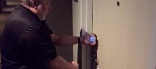 steve-wozniak-fait-la-demo-du-spg-keyless-avec-son-iphone-6-pour-ouvrir-sa-chambre-dhotel