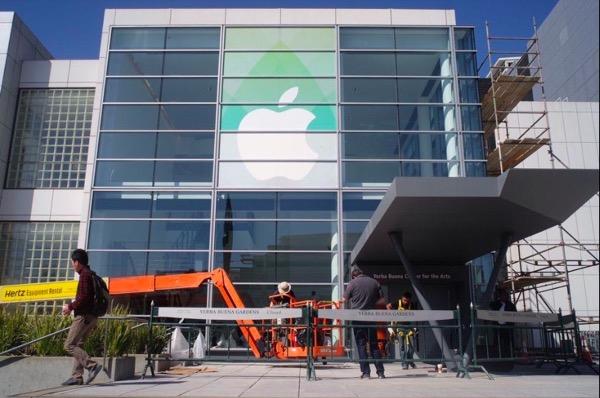 apple-watch-le-yerba-center-enfile-sa-robe-pour-la-keynote