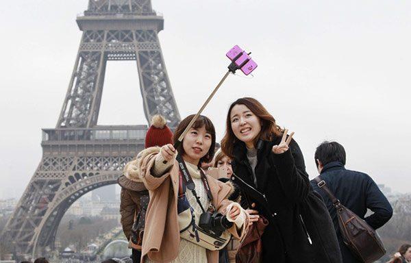 les-musees-ne-veulent-plus-de-perches-a-selfie
