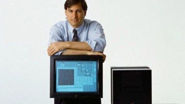 michael-fassbender-dans-la-peau-de-steve-jobs-avec-le-cube-de-next_2