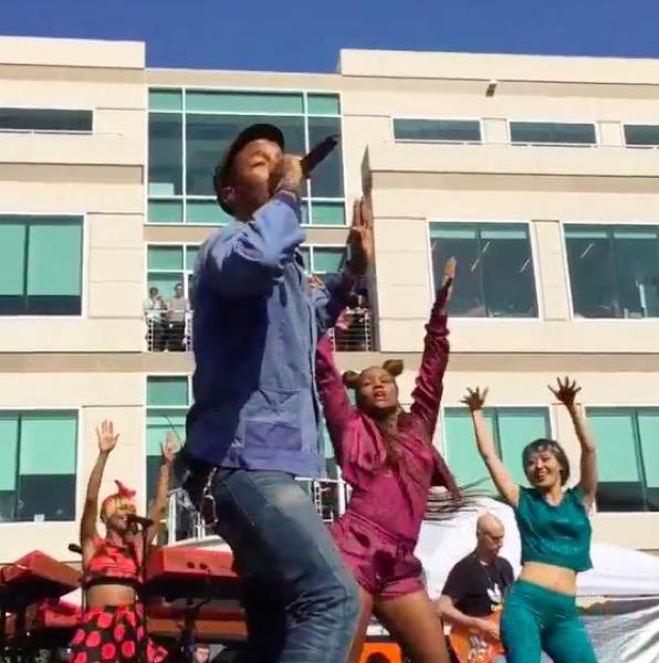pharrell-williams-a-fait-son-show-hier-au-campus-dapple