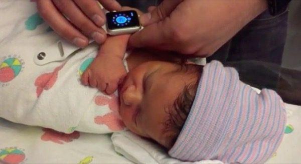 lapple-watch-aide-des-parents-a-surveiller-le-rythme-cardiaque-de-leur-nouveau-ne