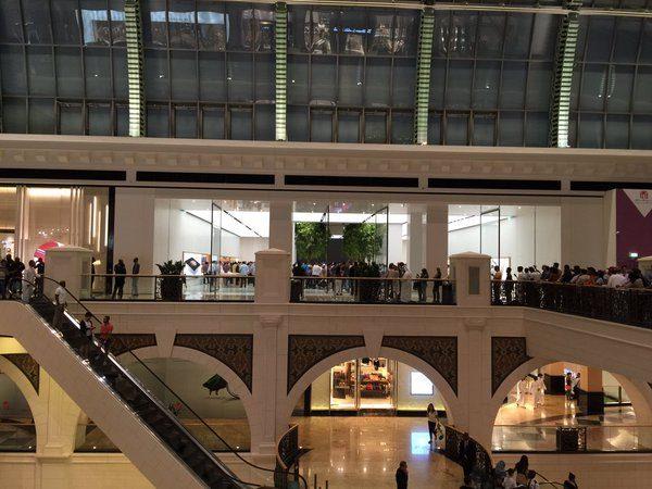 le-premier-apple-store-de-dubai-a-ouvert-ses-portes-avec-la-presence-dangela-ahrendts