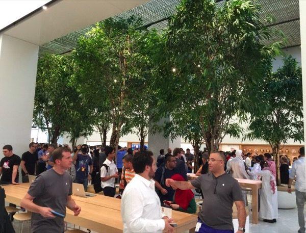 le-premier-apple-store-de-dubai-a-ouvert-ses-portes-avec-la-presence-dangela-ahrendts_2