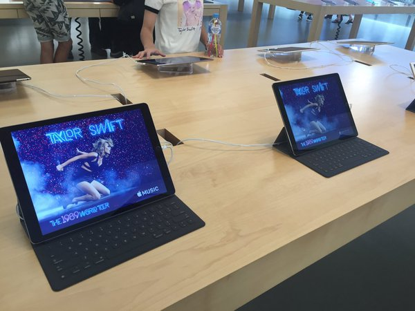 taylor-swift-placardee-dans-les-apple-store