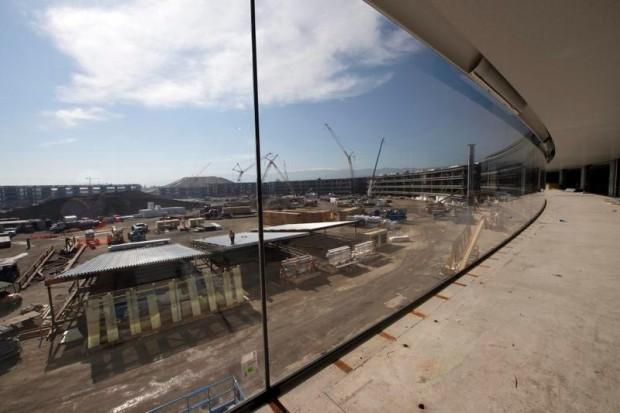 le-campus-2-dapple-commence-a-shabiller-avec-denormes-vitres_3
