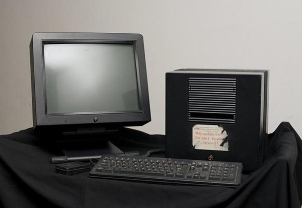 nous-sommes-le-12-octobre-1988-steve-jobs-presente-le-next-computer-video_2