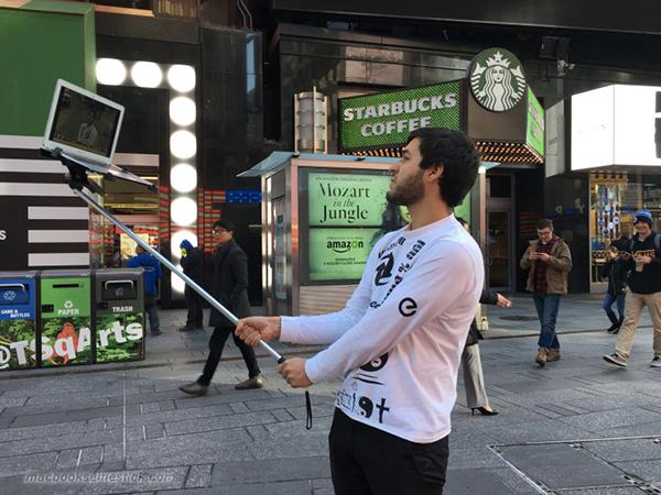 quand-les-batons-de-selfies-envahissent-les-rues