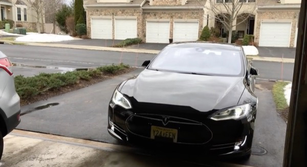 sortir-sa-tesla-s-p85d-de-son-garage-avec-lapple-watch-cest-possible-video