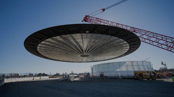 campus-2-le-theatre-recoit-un-toit-de-42-metres-pesant-80-tonnes