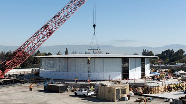campus-2-le-theatre-recoit-un-toit-de-42-metres-pesant-80-tonnes_2
