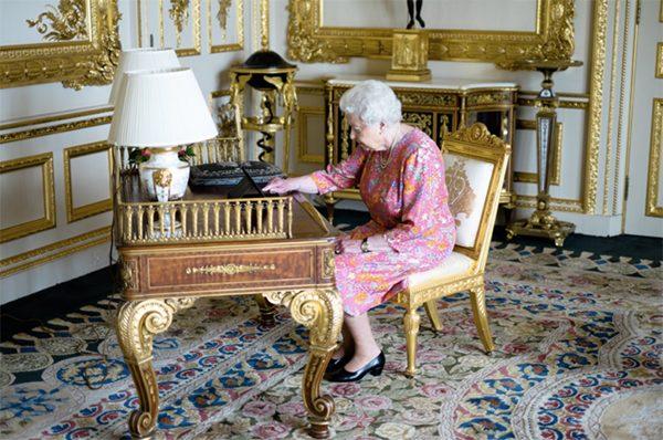 meme-reine-elizabeth-ii-tweete-ipad-royal