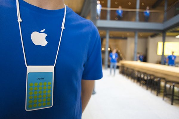 un-homme-deguise-en-employe-apple-commet-un-vol-en-apple-store