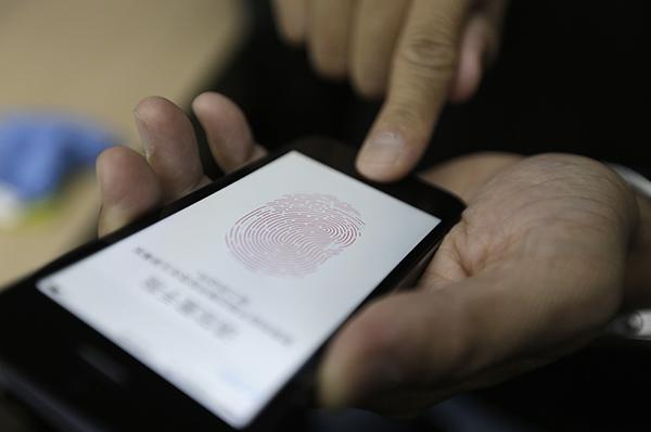 brevet-apple-veut-identifier-voleurs-diphone-leurs-empreintes-photo_1