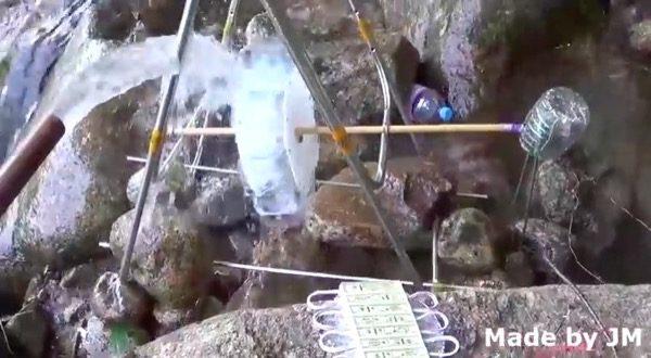 insolite-un-chargeur-hydroelectrique-pour-iphone-avec-bouteilles-en-plastique-et-de-la-bidouille
