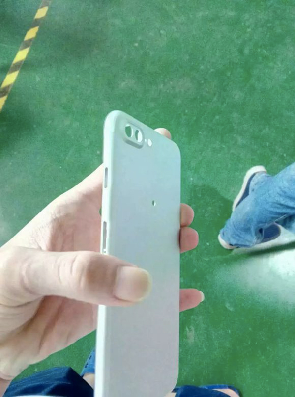iphone-7-plus-de-nouvelles-photos-dun-prototype-provenant-de-foxconn