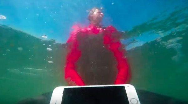 surfeur-piege-eaux-troubles-liphone-7-7-plus