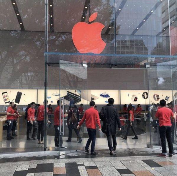 les-apple-store-passent-au-rouge-pour-la-journee-de-lutte-contre-le-sida_2