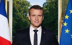 Emmanuel Macron avec ses 2 iPhone sur le portrait officiel ! [Vidéo]