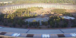 Apple Park, nouveau survol du site avec une vue sur le « visitor center »