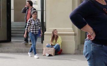 Une YouTubeuse fait la manche devant un Apple Store pour acheter l'iPhone X